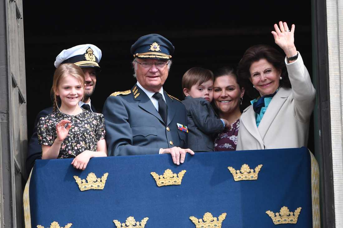 Kung Carl Gustaf hade två av sina barn med familjer kring sig på födelsedagen, prinsessan Madeleine deltog inte i firandet.