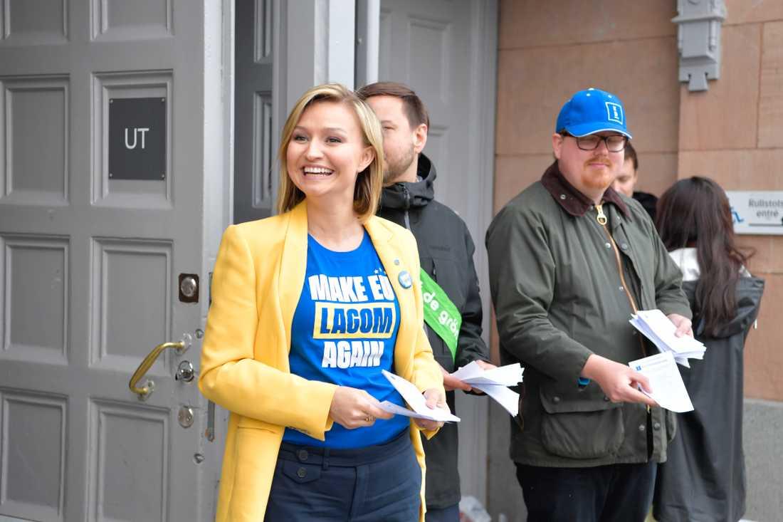 Kristdemokraternas partiledare Ebba Busch Thor (KD) delar ut valsedlar vid Engelbrektsskolan i Stockholm.