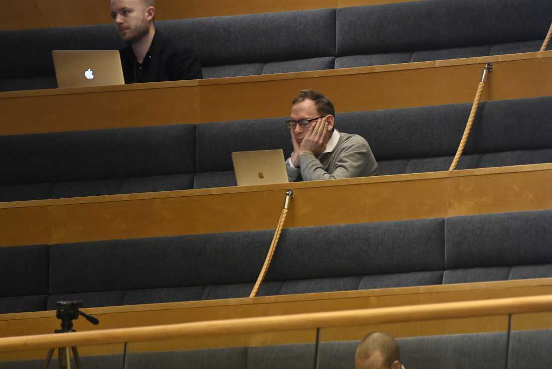 Oisín Cantwell på plats i riksdagen för den kanske inte allt för sprudlande debatten.