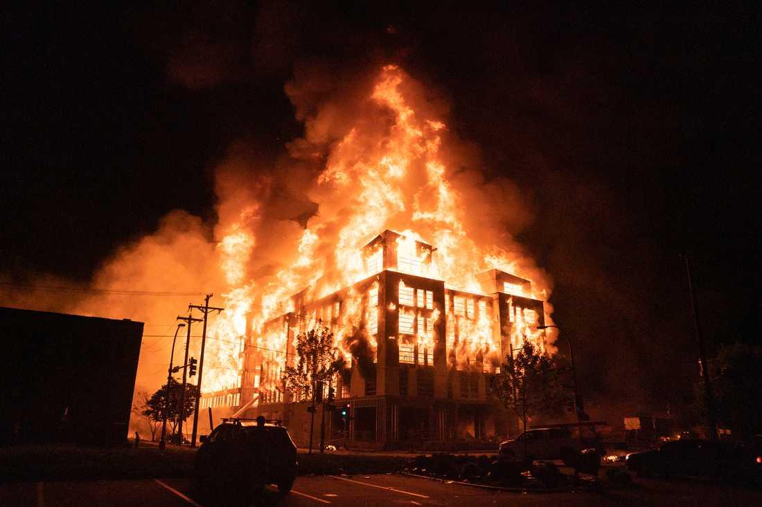 Ett flervåningshus som höll på att byggas brann ner under våldsamheterna och protesterna mot natten till onsdagen i Minneapolis. efter att en svart man dödats i samband med ett polisingripande.