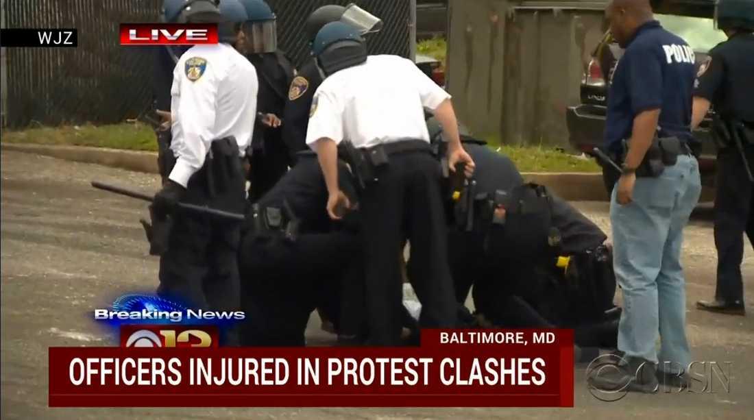 CBS News uppger att flera poliser ska ha skadats i upploppet.