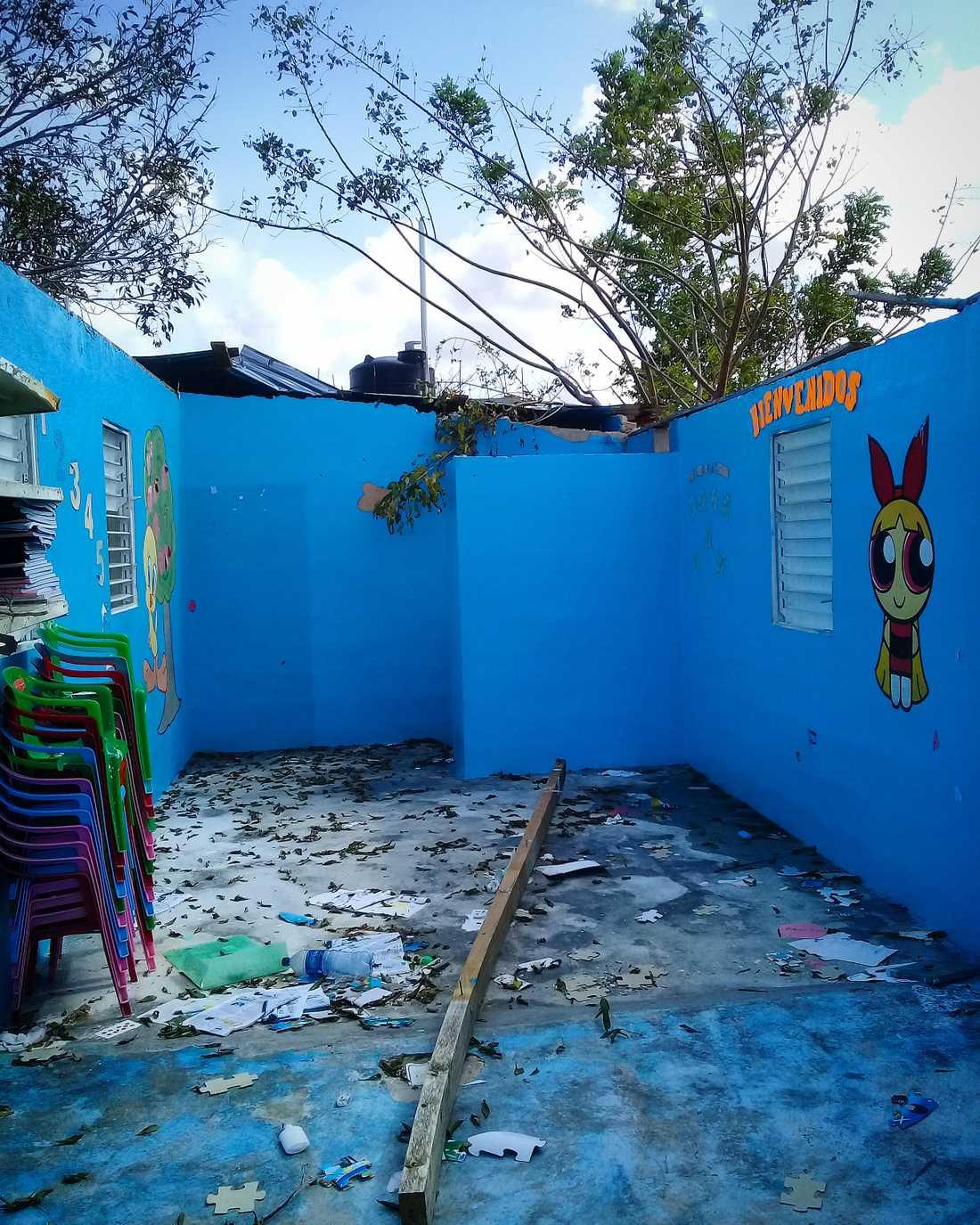 Den här skolans tak raserades av orkanen Maria.