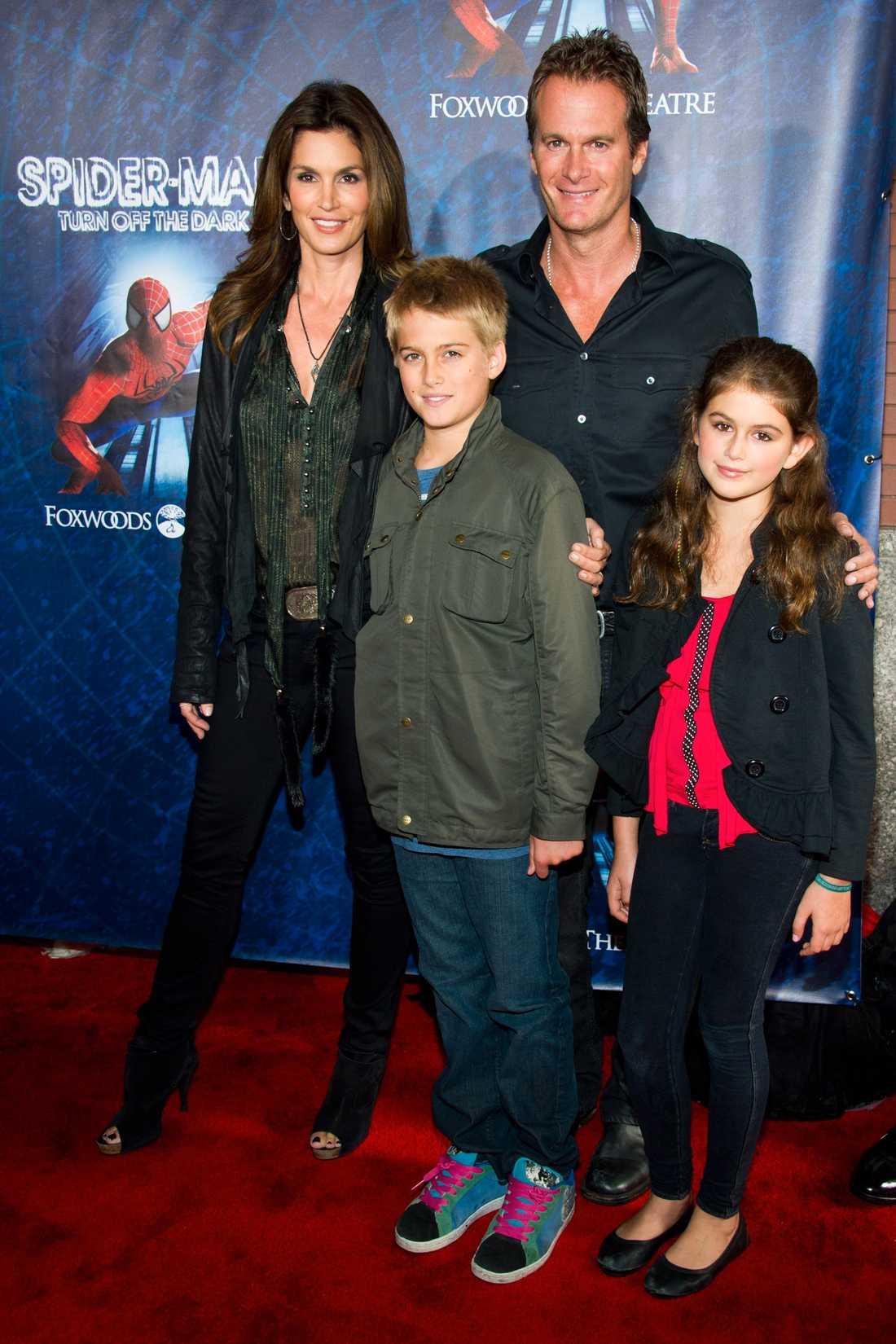 Tillsammans med mamma Cindy Crawford och pappa Rande Gerber, samt brorsan Presley 2011.