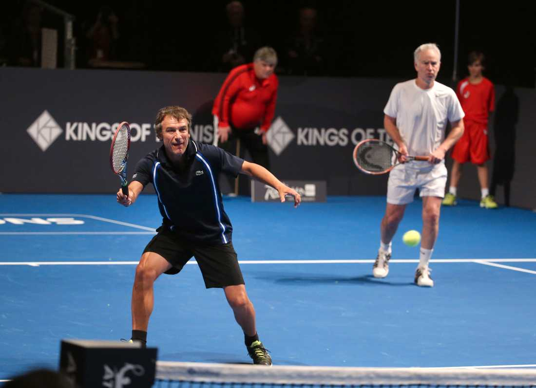 Tenniskungarna Mats Wilander och John McEnroe spelar dubbelmatch  under turneringen Kings of Tennis 2016. Arkivbild.