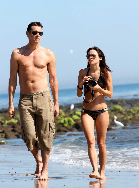 Jim Carrey och Cathriona White Roligt prat under en promenad på stranden