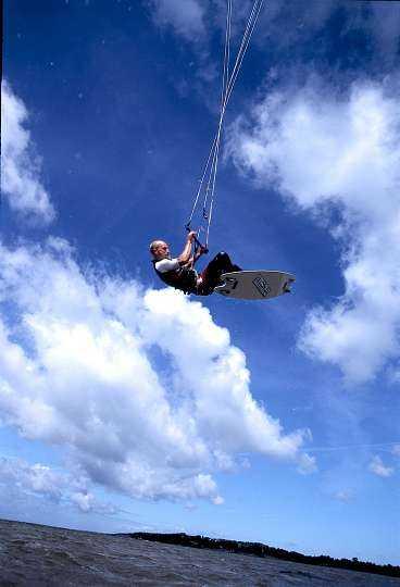"""Kitesurfaren når med drakens hjälp höjder på tio meter ovanför vattnet. """"Man kan jämföra kicken man får med den som upplevs när man vindsurfar på en fyra meters våg"""", säger Mikael Paulsson, en av Sveriges främsta åkare."""