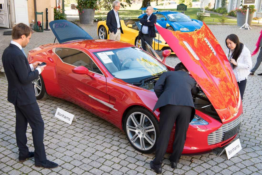 En mängd bilar beslagtogs vid husrannsakan mot Teodorin Obiangs hem i Paris 2017, bland dem en Aston Martin Coupe och en Ferrari LaFerrari. Obiang dömdes på måndagen att betala 316 miljoner kronor sedan han tömt delar av hemlandets statskassa. Arkivbild.