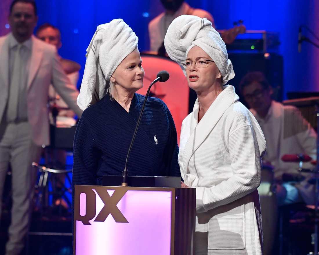 """Sissela Kyle och Jonna Arb delar ut pris i kategorin """"Årets Scen""""."""