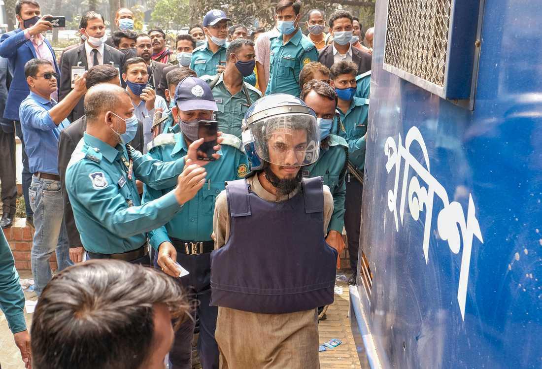 En av de dömda männen då han fördes till domstolen i Dhaka på tisdagen.