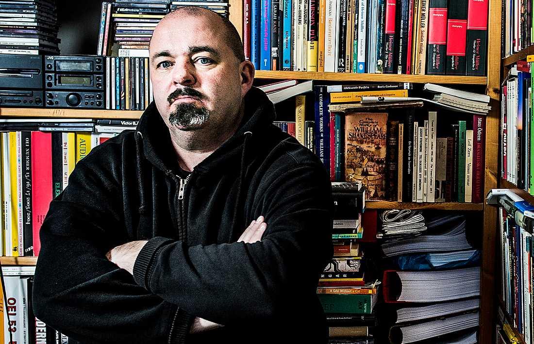 """Johan Jönsons (född 1966) nya verk är ett tvillingpar med två böcker i en. """"En mer vittförgrenad besatthet av utplåningens estetiska former får man leta efter"""", skriver Magnus Ringgren."""