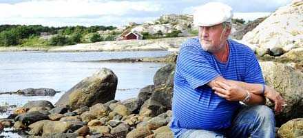 """GILLAR ATT FISKA """"Hade jag inte blivit musiker så hade jag nog gått på sjön"""", säger Plura Jonsson som i sin ungdom sökte jobb på Amerikalinjen. I stället blev det ett år på Posten innan han bestämde sig för att satsa på musiken. I november släpper Eldkvarn en ny skiva."""