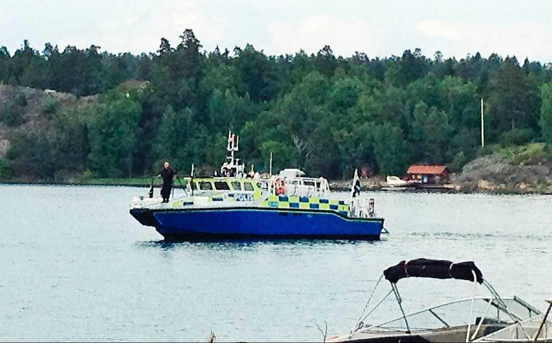 En man blev kvar länge i vattnet och tappade medvetandet sedan en pråm slagit runt. Olyckan inträffade i höjd med Återlöga vid norra Ingarö.