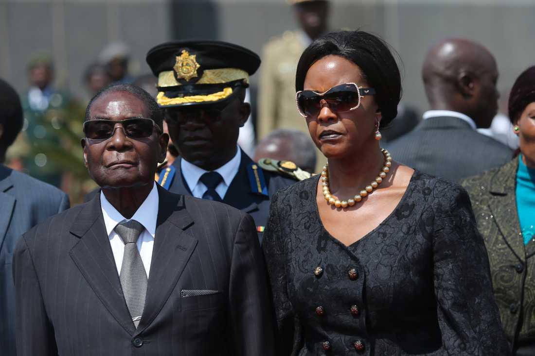 President Robert Mugabe med frun Grace i augusti i år.