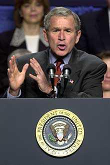 Jag tror att den fria världen, om den beslutar sig, kan avväpna Saddam Hussein med fredliga medel, sa president Bush på måndagskvällen.