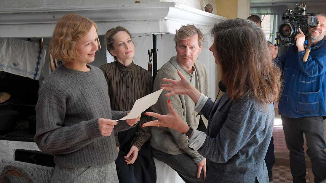 """Inspelning av """"Unga Astrid"""". Från vänster Alba August, Maria Bonnevie, Magnus Krepper och Pernille Fischer."""