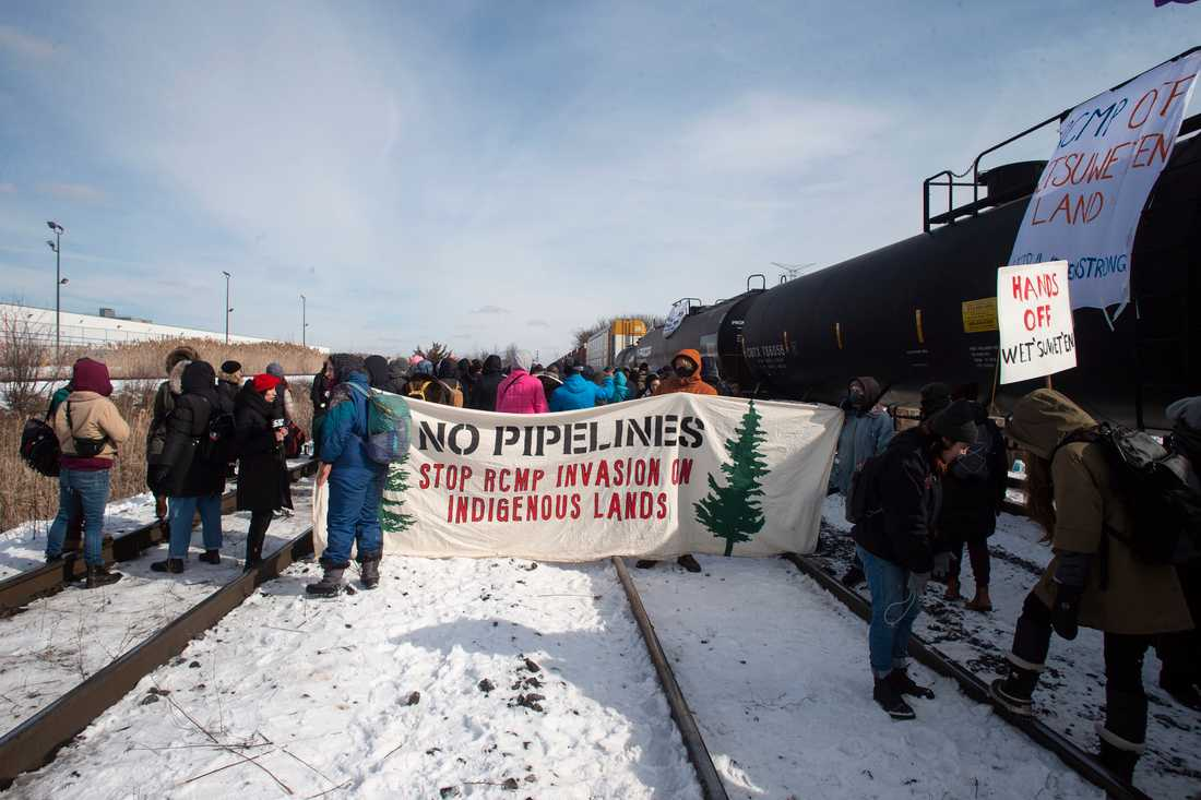 Demonstranter blockerar en järnväg i Toronto till stöd för ursprungsbefolkningen Wet'suwet'en.