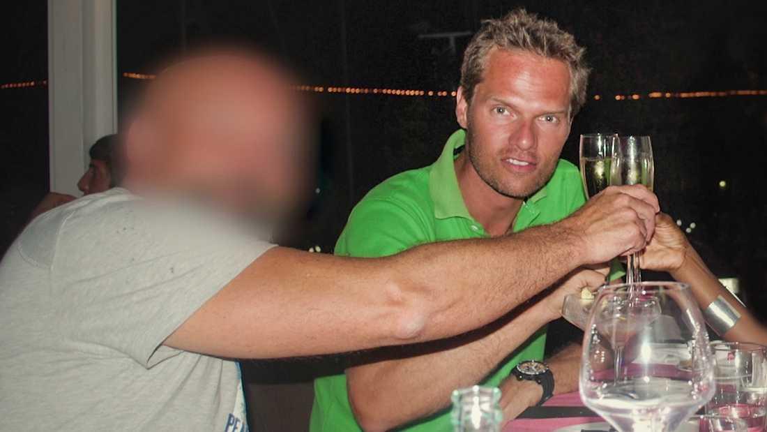 """Mattias Johansson blev bjuden på lyxiga fester av undercoverpoliser, här med mannen vars alias var """"Carl Berg""""."""