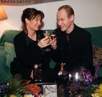 Suzanne Reuter och Robert Gustafsson skålar 1997.