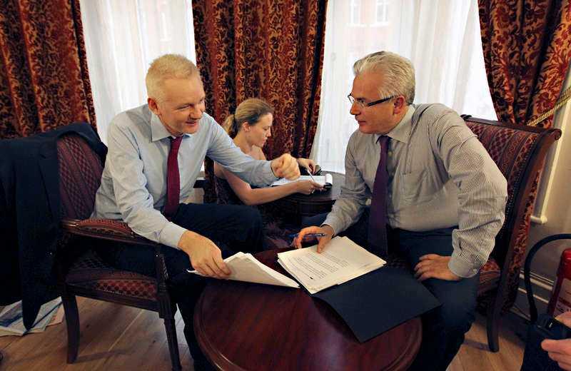 Tillflykt  I två månader har Julian Assange bott på Ecuadors ambassad i London. Hans advokat Baltasar Garzon har hälsat på för möten.