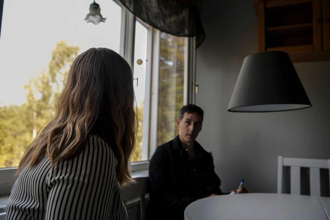 """Julia, 26, blev överfallen i sitt hem: """"Han skallade mig över näsan"""""""