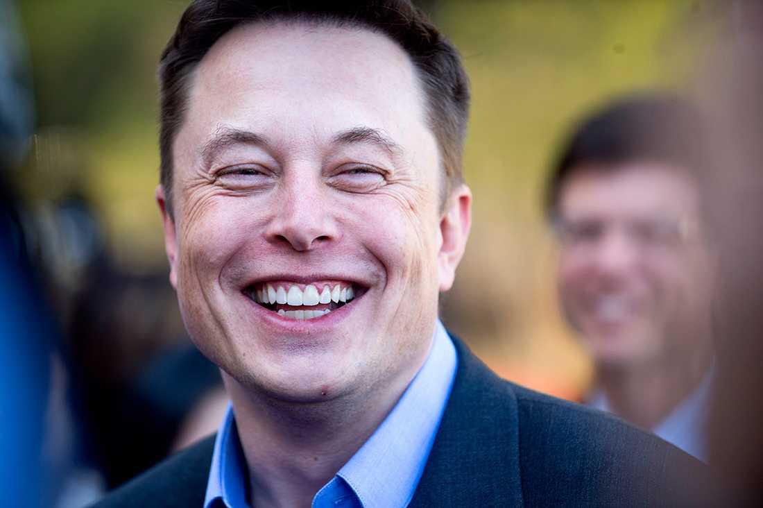 Elon Musk har vind i seglen. Här på en presskonferens vid Teslas huvudkontor i Palo Alto i april 2015.