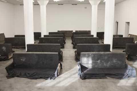 """""""21 antropometriska moduler av mänsklig avföring utförda av människorna vid Sulabh International, Indien"""". Courtesy: Lisson Gallery och Santiago Sierra"""
