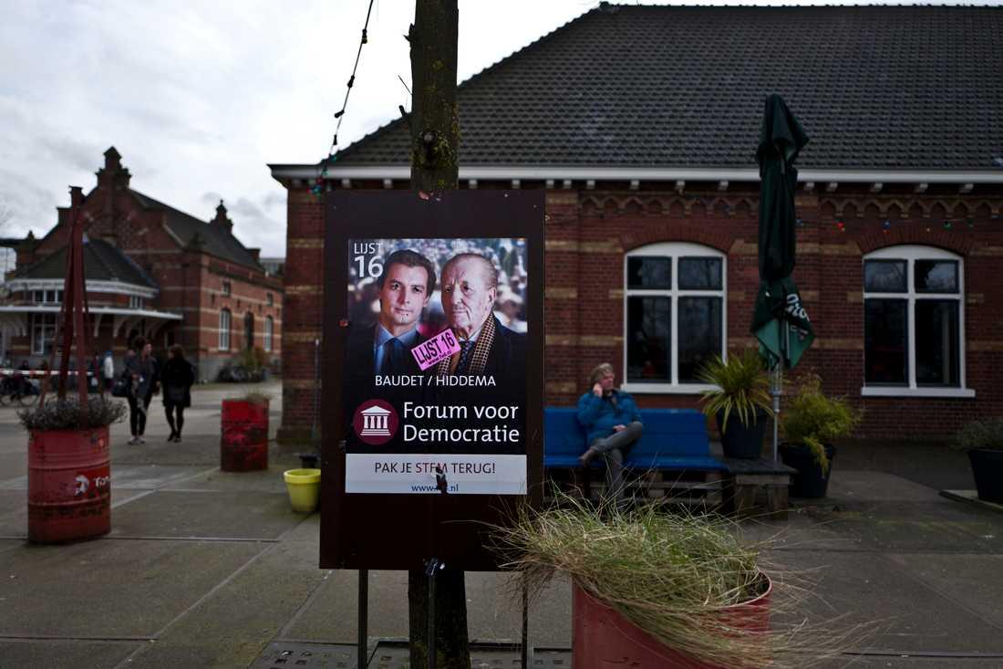 Thierry Baudet och Theo Hiddema från nederländska populistpartiet Forum för demokrati (FvD) på en valaffisch i Amsterdam. Arkivfoto.