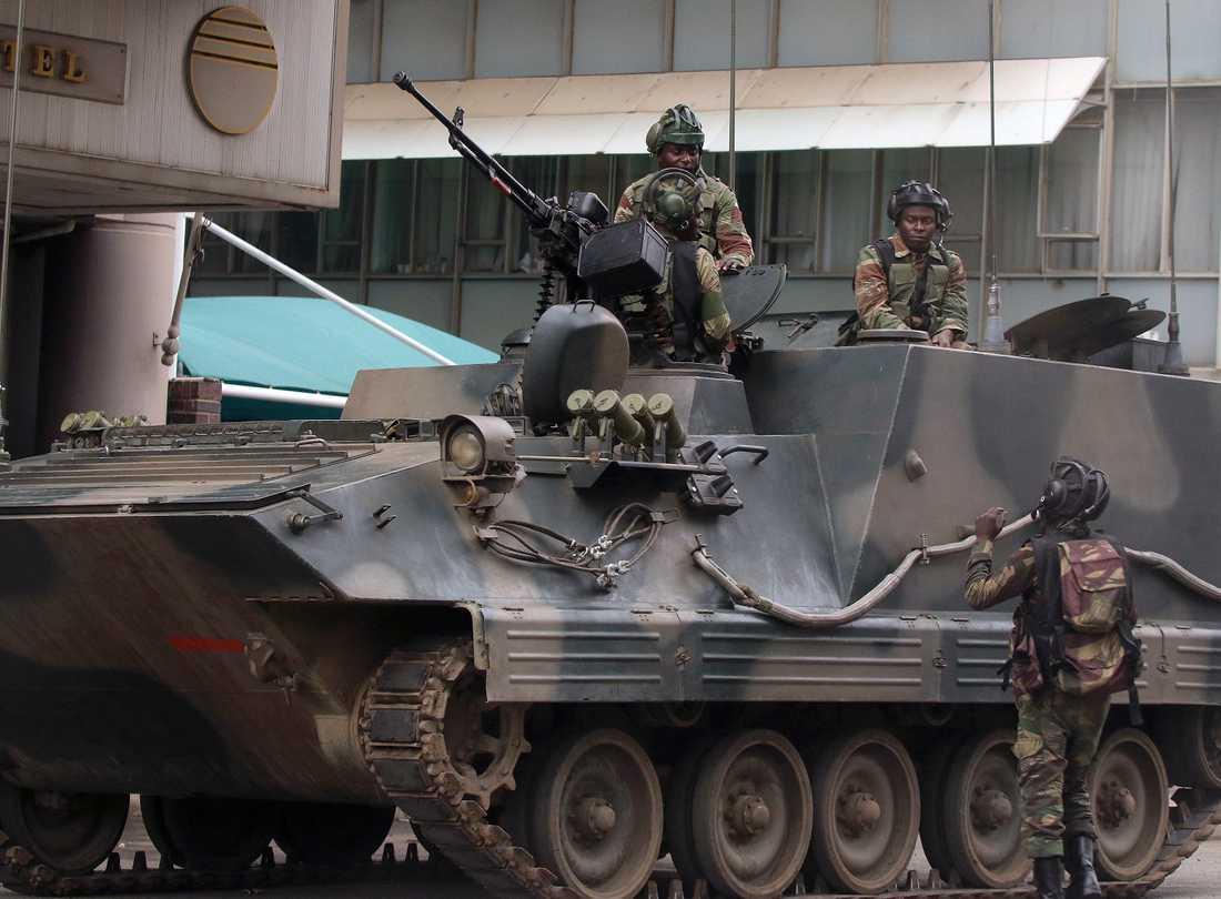 Soldater syns utanför parlamentet i Harare på torsdagen.