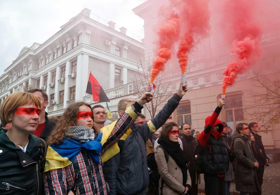 Aktivister i Kiev presenterar mot planerna på att hålla lokalval i de regioner i öst som kontrolleras av ryskstödda separatister. Bilden är från i oktober.