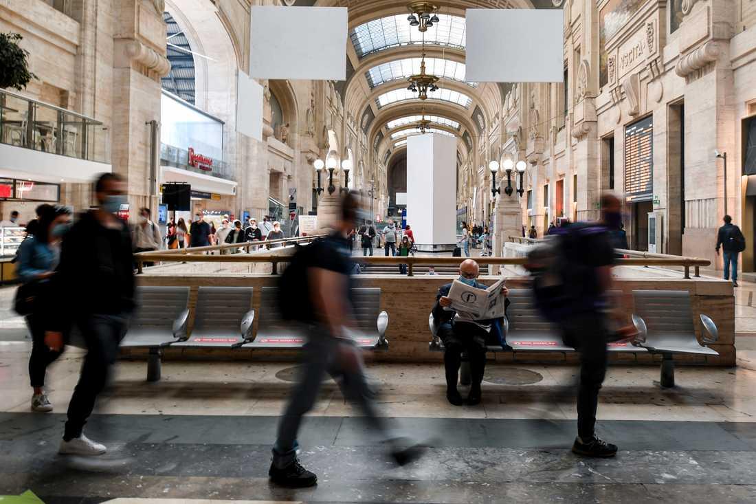 Även reserestriktionerna inom Italien har upphävts i dag. Bilden är från centralstationen i Milano under förmiddagen.