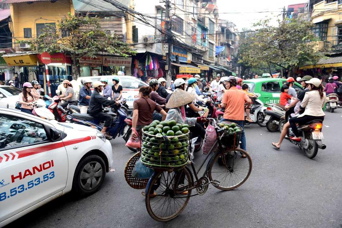 Motorcykeln är ett vanligare transportmedel än bilen i Hanoi.