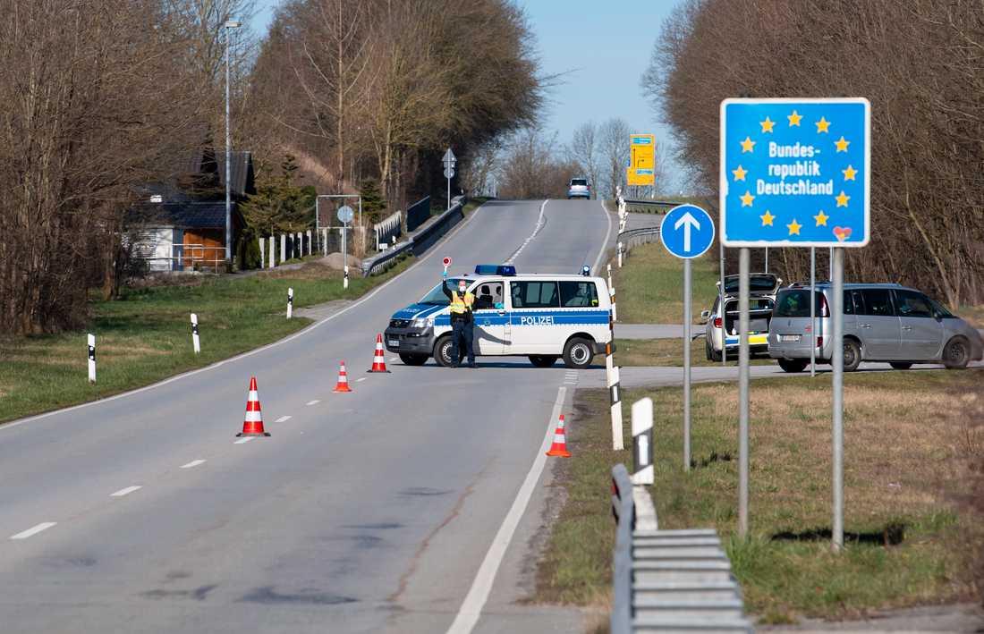 En polis med ansiktsmask vaktar gränsen mellan Österrike och Tyskland. Arkivbild.