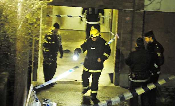 Brandmän undersöker platsen.