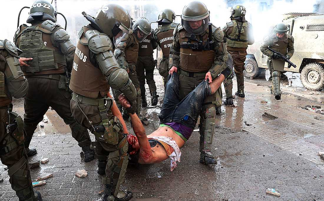 Militärens våldsamma agerande mot protesterna i Chile rapporteras knappt i svenska medier, trots att många svenskar har chilenska rötter. Ett nonchalant osynliggörande, skriver Ulrika Andersson.