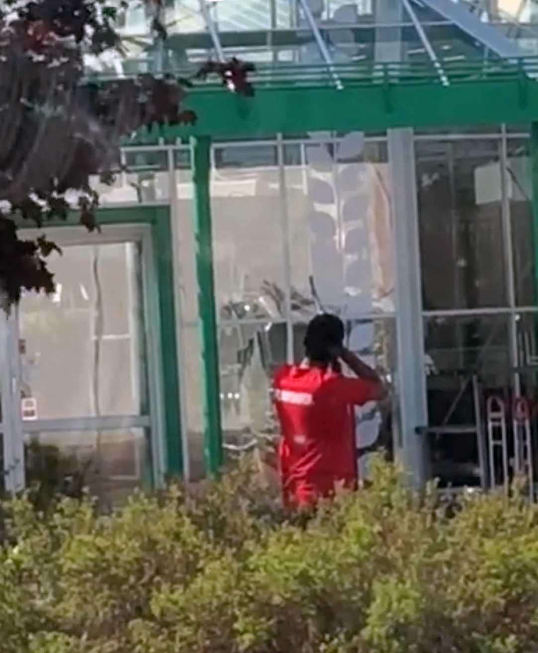 På filmen syns hur en man i en Plantagentröja riktar ett vapen mot butikens tak.