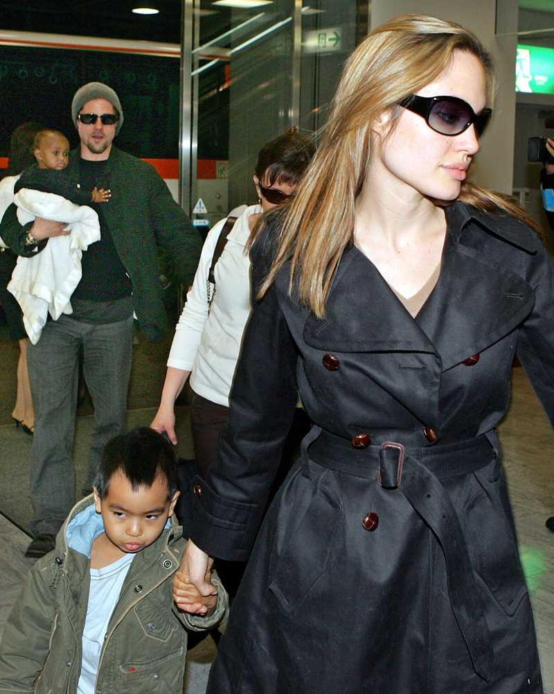 Paret bildade snabbt en familj ihop. Här Angelina med sonen Maddox och bakom dem Brad med adoptivdottern Zahara.