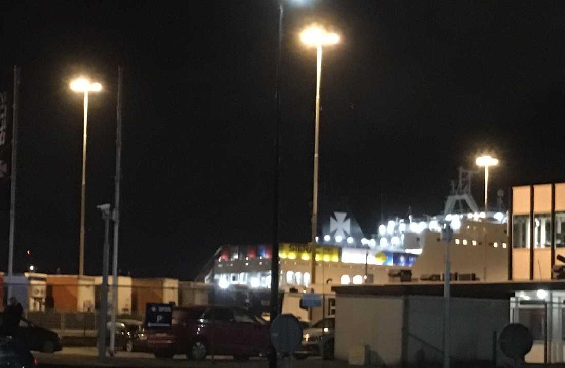 Människorna hittades av fartygets besättning kort efter att de avseglat mot Storbritannien.
