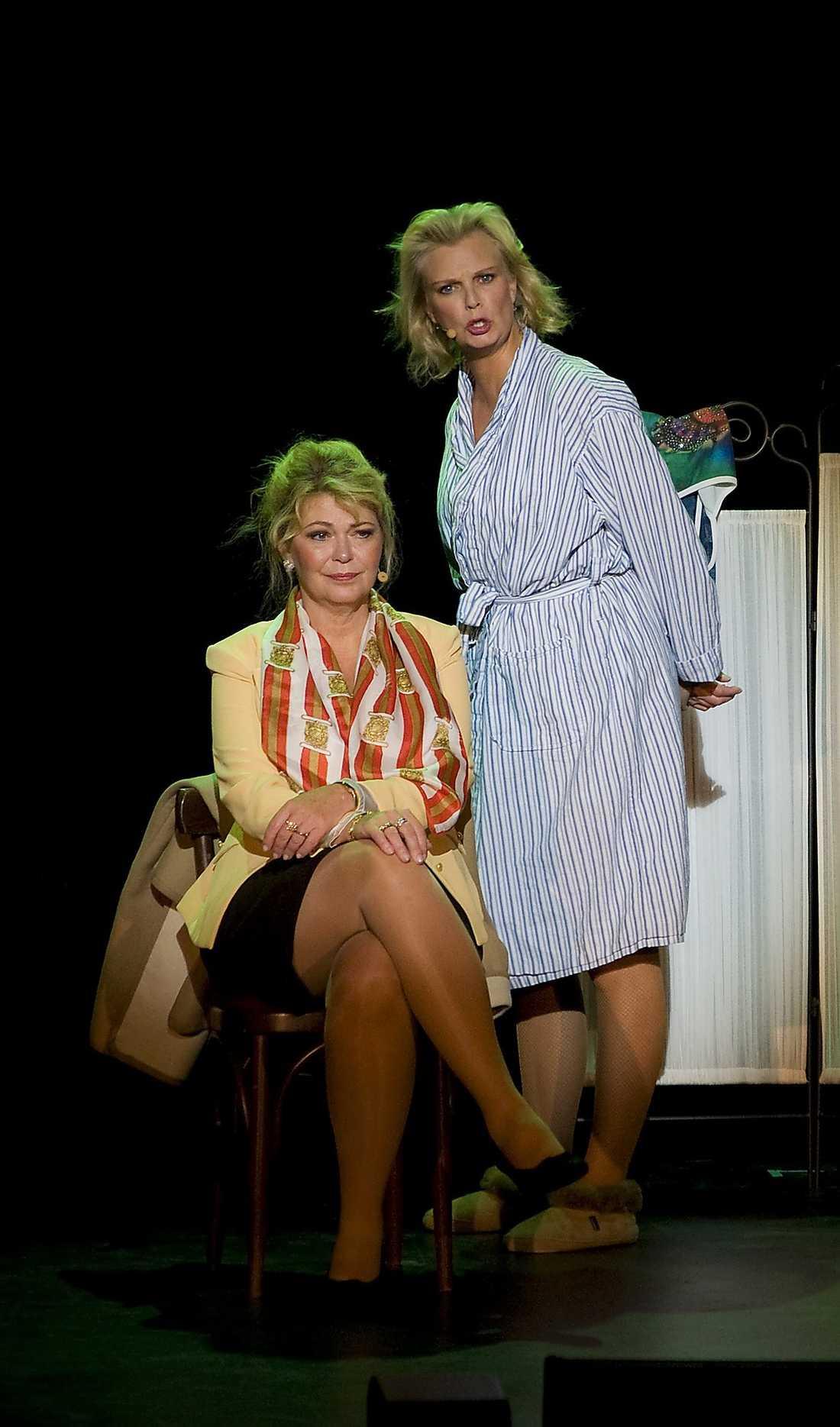rappa repliker Ing-Marie Carlsson och Anki Albertsson spelar mor och dotter som återses i en teaterloge.