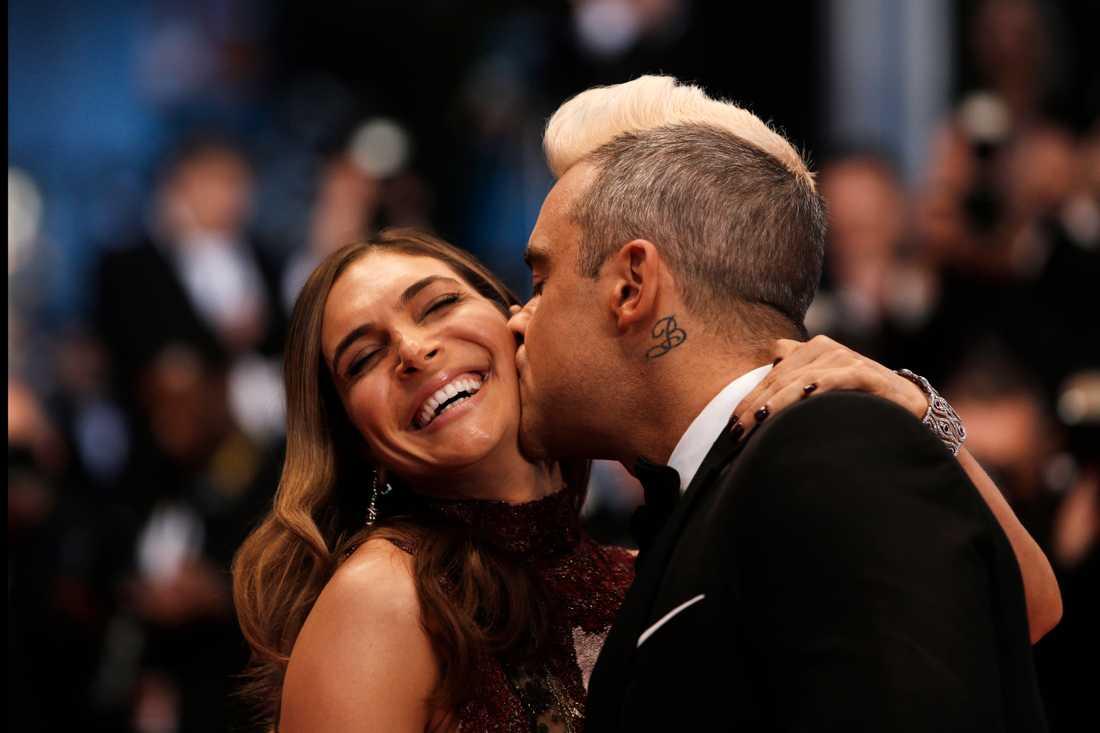 Robbie Williams kysser sin fru Ayda Field på Cannes filmfestival.