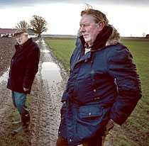 """de vägrar vara sams Den leriga lilla vägen skiljer familjen Åkessons marker från familjen Sturessons. Men vem äger vägen? """"Det är vår väg"""", säger Jan Hardy Åkesson och hans far Gotthard (ovan). Enligt Karl-Axel Sturesson (nedan) – och enligt dokument från 1856 – äger familjerna halva vägen var. Men inte ens en dom i Högsta domstolen har fått stopp på bråket, som kantas av polisanmälningar och fängelsedomar."""