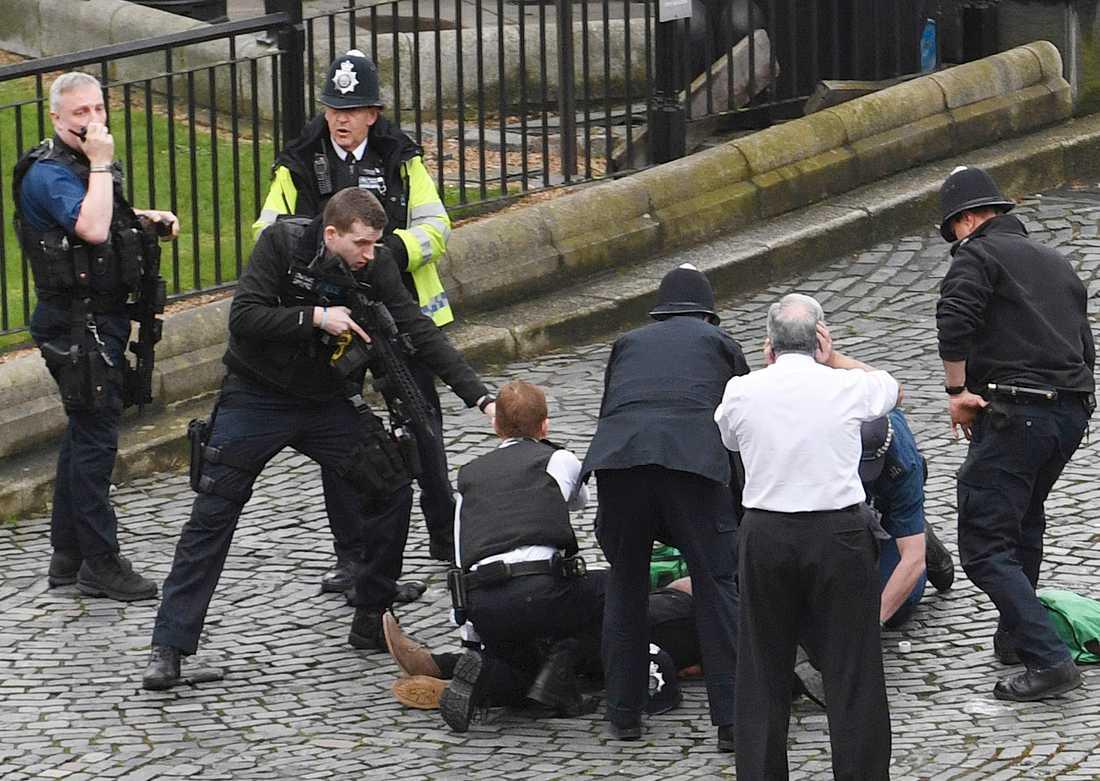 Ordningsmakten övervakar den misstänkte gärningsmannen efter att han skjutits av polis.