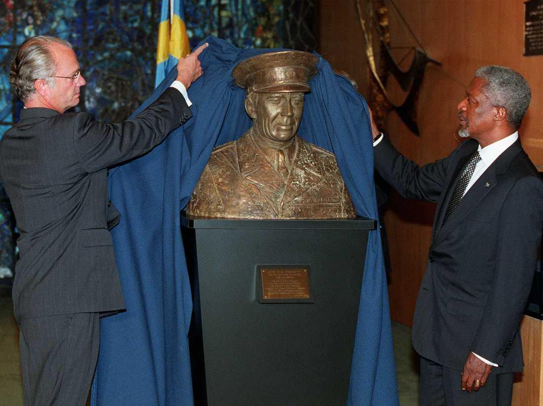 Kofi Annan och kung Carl XVI Gustaf avtäcker en minnesbyst av Folke Bernadotte 1998.