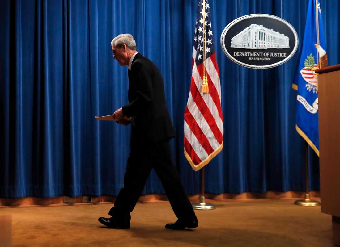 Rysslandsutredaren Robert Mueller lämnar presskonferensen 29 maj efter att han lämnat in sin rapport. Onsdagens vittnesmål inför USA:s representanthus blir den första gången sedan dess som åklagaren talar offentligt om sin utredning.