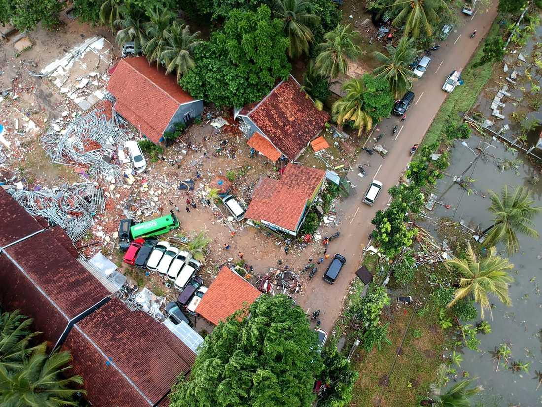 Förödelsen är stor efter tsunamin som svepte in över kusterna på öarna vid Sundasundet.