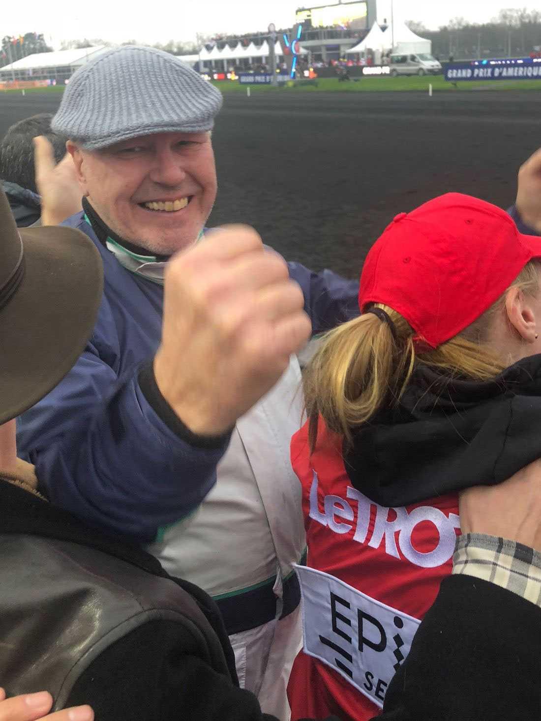 """Timo Nurmos jublar direkt efter målgång av Prix d'Amérique 2018 där Readly Express segrade. Nu har han varit på plats i Frankrike hela veckan för att preparera sin stjärnhäst till det yttersta: """"Allt är perfekt""""."""