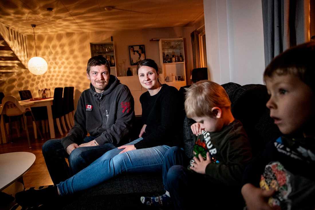Tack vare ett nytt njurbytesprogram hoppas Jimmy och Eleanore Kring att Jimmy, som är njursjuk, ska få en ny njure. Här i radhuset i Järfälla tillsammans med barnen Matteus (närmast kameran) och Dante.