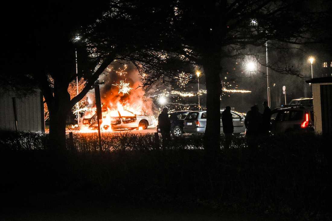 Natten till i dag kom nya larm om att ett flertal ungdomar sköt raketer mot bilar och hus.