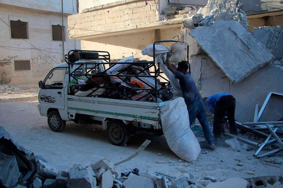 Familjen ska flytta till släktingar efter att deras tvåvåningshus bombats sönder, rapporterar AFP.