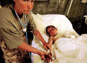 Lidandet i Irak Ett skadat fyraårigt barn får första hjälpen på ett fältsjukhus utanför Basra.