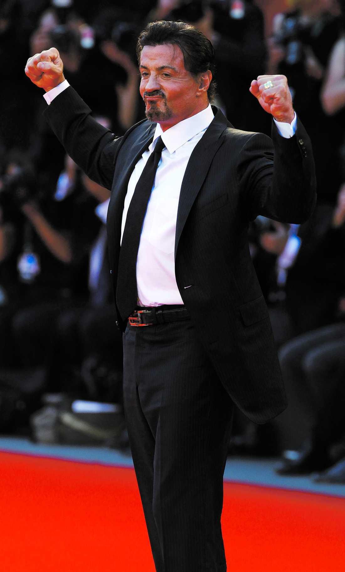 Sylvester Stallone går från actionfilm – till svenska Melodifestivalen. Enligt uppgifter till Nöjesbladet har Dolph Lundgren lyckats få med polaren Sylvester i musiktävlingen.